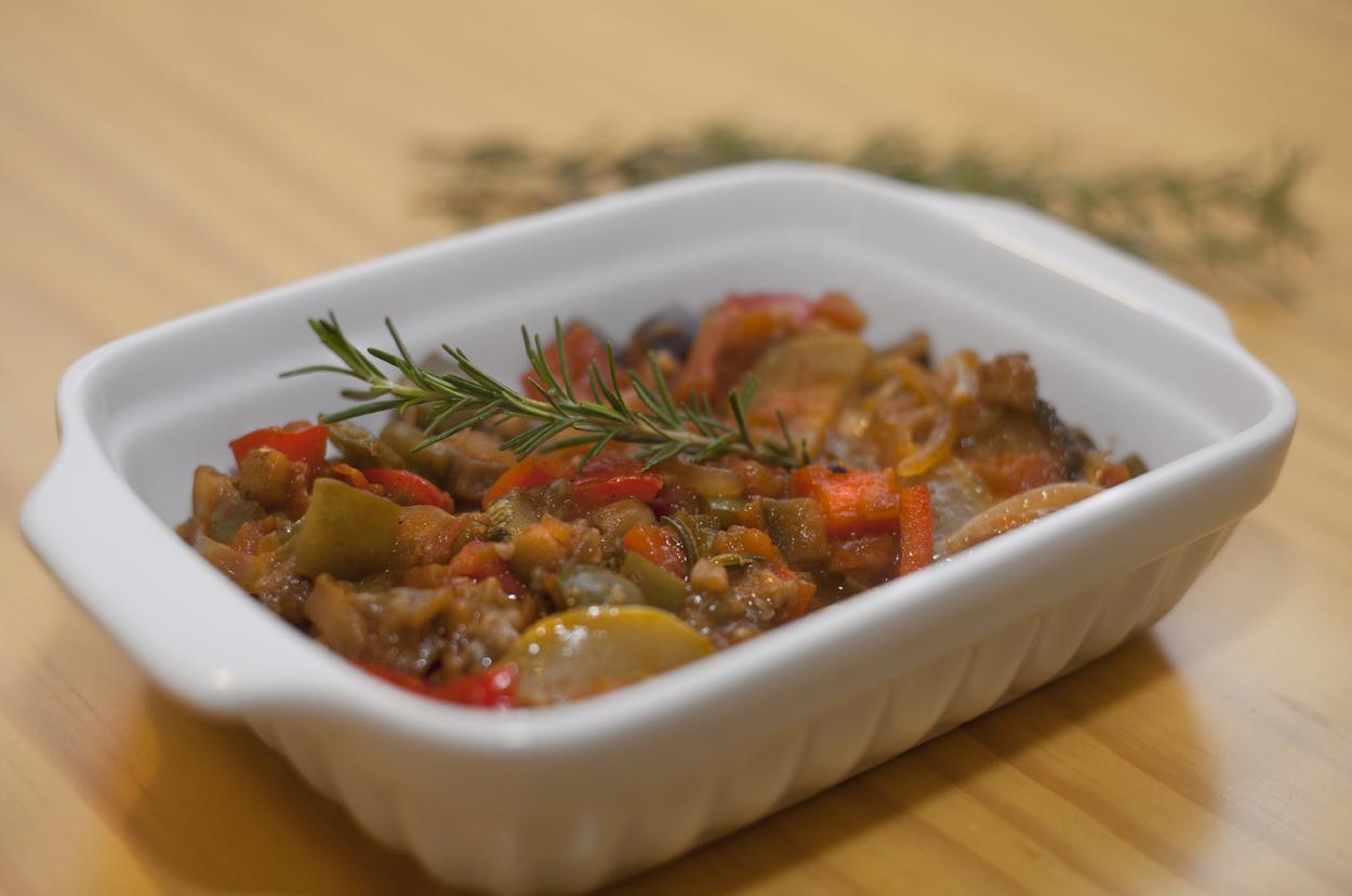 Ratatouille_Camponês_do_food_Maria_Marie_feito_com_finas_lâminas_de_legumes_cozidos_no_suco_de_laranja,_aromatizadas_por_ervas_especiais_acompanhadas_por_ums_crocante_datia_de_pão_italiano.